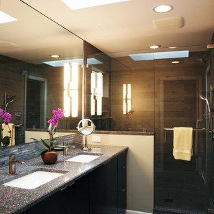 Immagine di una stanza da bagno padronale minimalista di medie dimensioni con lavabo sottopiano, ante lisce, ante in legno bruno, doccia ad angolo, piastrelle blu, piastrelle di vetro, pareti beige e pavimento in gres porcellanato