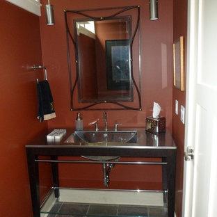 Ejemplo de cuarto de baño bohemio con baldosas y/o azulejos verdes, paredes marrones y encimera de acero inoxidable
