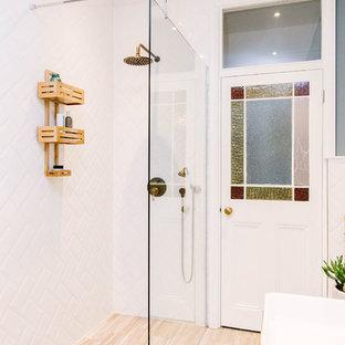 Idee per una stanza da bagno per bambini rustica di medie dimensioni con consolle stile comò, ante in legno chiaro, vasca freestanding, doccia doppia, WC monopezzo, piastrelle bianche, piastrelle in ceramica, pareti blu, pavimento in vinile, top in legno, pavimento beige e doccia aperta