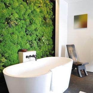 Idéer för ett modernt badrum, med ett fristående badkar och gröna väggar