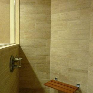 Imagen de cuarto de baño principal, actual, de tamaño medio, con ducha esquinera, baldosas y/o azulejos beige, paredes beige, suelo de baldosas de cerámica y armarios abiertos