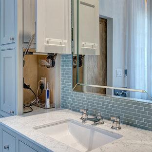 Foto di una grande stanza da bagno padronale chic con lavabo sottopiano, ante con riquadro incassato, ante blu, top in granito, vasca freestanding, piastrelle blu, piastrelle di vetro, pareti bianche e pavimento in gres porcellanato