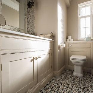 Idee per una piccola stanza da bagno per bambini design con ante in stile shaker, ante bianche, WC sospeso, pareti bianche, pavimento alla veneziana, lavabo integrato, top in quarzite, pavimento giallo e top bianco
