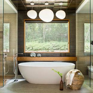 Asiatisk inredning av ett en-suite badrum, med skåp i mellenmörkt trä, ett fristående badkar, en hörndusch, en toalettstol med hel cisternkåpa och beige kakel