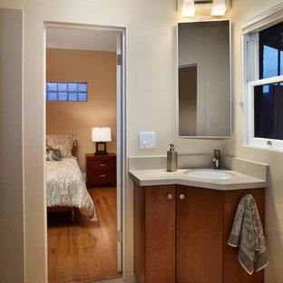 На фото: ванная комната в современном стиле с врезной раковиной с