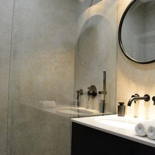Diseño de cuarto de baño con ducha, moderno, pequeño, con armarios con paneles lisos, puertas de armario de madera en tonos medios, ducha abierta, sanitario de pared, baldosas y/o azulejos grises, baldosas y/o azulejos de terracota, paredes grises, suelo de baldosas de terracota, lavabo bajoencimera, encimera de cuarcita, suelo gris, ducha abierta y encimeras blancas