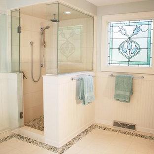 Immagine di una stanza da bagno vittoriana con doccia alcova e pavimento con piastrelle di ciottoli