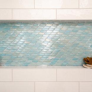 Свежая идея для дизайна: главная ванная комната среднего размера в стиле модернизм с плоскими фасадами, коричневыми фасадами, душем без бортиков, раздельным унитазом, синей плиткой, керамогранитной плиткой, белыми стенами, полом из керамогранита, врезной раковиной, столешницей из искусственного кварца, серым полом, душем с распашными дверями, белой столешницей, нишей, тумбой под две раковины, встроенной тумбой и панелями на стенах - отличное фото интерьера