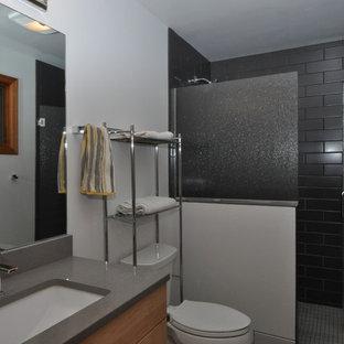Idee per una piccola stanza da bagno con doccia minimalista con ante lisce, ante in legno chiaro, doccia ad angolo, WC a due pezzi, lastra di vetro, pareti bianche, lavabo sottopiano e top in quarzite
