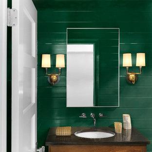 Foto de cuarto de baño con ducha, rústico, de tamaño medio, con armarios tipo mueble, puertas de armario de madera oscura, paredes verdes y lavabo bajoencimera