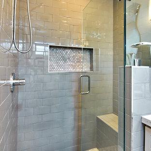 サンフランシスコの小さいラスティックスタイルのおしゃれなマスターバスルーム (シェーカースタイル扉のキャビネット、淡色木目調キャビネット、オープン型シャワー、分離型トイレ、白いタイル、セラミックタイル、白い壁、アンダーカウンター洗面器、珪岩の洗面台) の写真