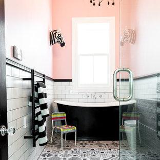 Свежая идея для дизайна: детская ванная комната среднего размера в стиле фьюжн с фасадами островного типа, искусственно-состаренными фасадами, отдельно стоящей ванной, угловым душем, унитазом-моноблоком, черно-белой плиткой, керамогранитной плиткой, розовыми стенами, полом из керамогранита, врезной раковиной и столешницей из гранита - отличное фото интерьера