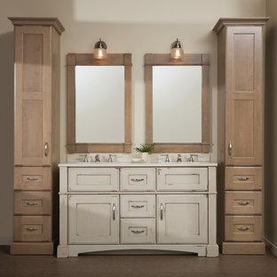 Immagine di una stanza da bagno padronale stile rurale con lavabo sottopiano, ante con finitura invecchiata, top in superficie solida, pareti beige, pavimento in sughero, piastrelle beige, pavimento marrone, top bianco e consolle stile comò