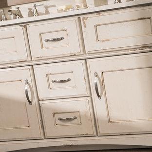Immagine di una stanza da bagno padronale rustica di medie dimensioni con consolle stile comò, piastrelle beige, pareti beige, pavimento in sughero, top in superficie solida, pavimento marrone, top bianco e ante con finitura invecchiata