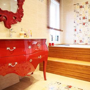 Ispirazione per una stanza da bagno per bambini nordica di medie dimensioni con lavabo sottopiano, consolle stile comò, ante rosse, top piastrellato, vasca ad alcova, doccia ad angolo, WC sospeso, piastrelle beige, piastrelle in ceramica, pareti beige e pavimento con piastrelle in ceramica