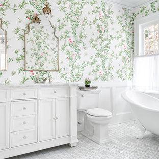 Diseño de cuarto de baño principal, tradicional, con armarios con paneles empotrados, puertas de armario blancas, bañera con patas, sanitario de dos piezas, paredes multicolor, suelo de mármol, encimera de mármol, suelo gris y encimeras grises