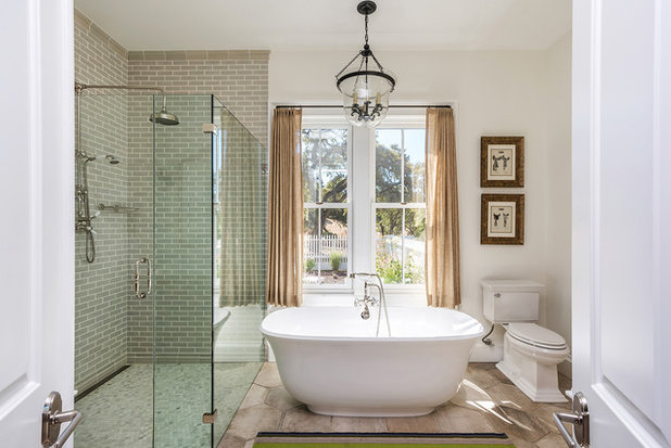 Vintage inspired bathroom feels grand and cozy for Foto appartamenti arredati