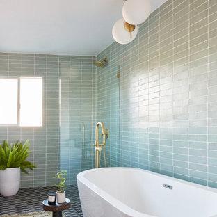 Свежая идея для дизайна: большая главная ванная комната в стиле ретро с светлыми деревянными фасадами, серой столешницей, тумбой под две раковины, отдельно стоящей ванной, душем без бортиков, зеленой плиткой, керамической плиткой, зелеными стенами, полом из керамической плитки, черным полом, открытым душем и кирпичными стенами - отличное фото интерьера