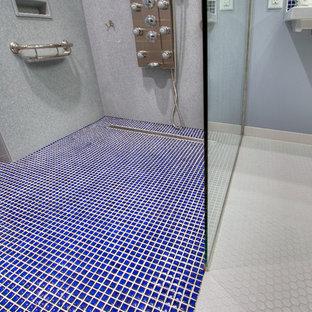 Immagine di una grande stanza da bagno padronale design con doccia a filo pavimento, WC a due pezzi, piastrelle blu, piastrelle in ceramica, pareti blu, pavimento in linoleum e lavabo sospeso