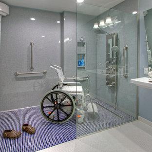 Foto di una grande stanza da bagno padronale design con doccia a filo pavimento, WC a due pezzi, piastrelle blu, piastrelle in ceramica, pareti blu, pavimento in linoleum e lavabo sospeso