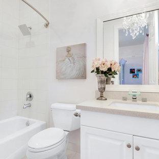 Modelo de cuarto de baño infantil, minimalista, grande, con puertas de armario blancas, bañera empotrada, ducha empotrada, sanitario de una pieza, baldosas y/o azulejos con efecto espejo, paredes blancas, lavabo bajoencimera, encimera de cemento, suelo beige y ducha con cortina