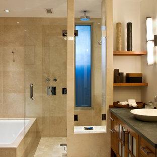 Inspiration för mellanstora moderna en-suite badrum, med ett fristående handfat, bänkskiva i täljsten, släta luckor, skåp i mellenmörkt trä, ett undermonterat badkar, våtrum, beige kakel, vita väggar, travertin golv och travertinkakel