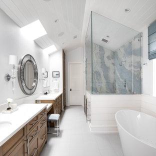 Ispirazione per una stanza da bagno stile marinaro con consolle stile comò, ante in legno scuro, vasca freestanding, doccia ad angolo, piastrelle multicolore, lastra di pietra, pareti bianche, lavabo sottopiano, pavimento bianco e top bianco