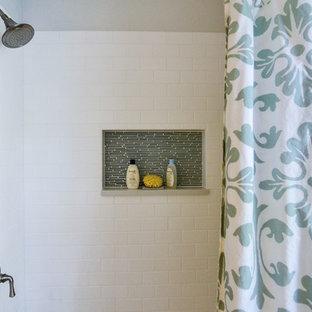 Ejemplo de cuarto de baño contemporáneo, de tamaño medio, con lavabo bajoencimera, puertas de armario de madera en tonos medios, encimera de cuarzo compacto, bañera empotrada, combinación de ducha y bañera, sanitario de dos piezas, baldosas y/o azulejos grises, baldosas y/o azulejos de cerámica, paredes grises y suelo de baldosas de cerámica