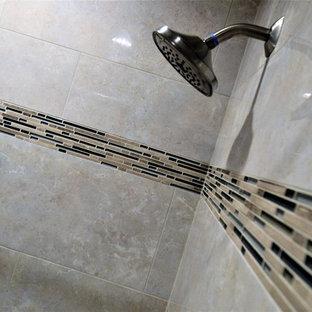 Стильный дизайн: большая главная ванная комната в стиле неоклассика (современная классика) с фасадами с утопленной филенкой, черными фасадами, ванной в нише, душем в нише, раздельным унитазом, серой плиткой, каменной плиткой, бежевыми стенами, полом из ламината, подвесной раковиной, столешницей из ламината, бежевым полом и открытым душем - последний тренд