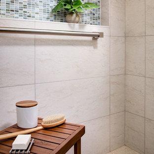 Ispirazione per una piccola stanza da bagno con doccia minimal con ante in stile shaker, ante in legno scuro, doccia a filo pavimento, WC sospeso, piastrelle multicolore, lastra di vetro, pareti beige, pavimento con piastrelle in ceramica e lavabo sottopiano