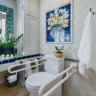 Cette photo montre une salle de bain principale chic de taille moyenne avec un placard avec porte à panneau surélevé, des portes de placard blanches, un WC séparé, des carreaux de céramique, un mur blanc, un sol en carrelage de porcelaine, un lavabo intégré, un plan de toilette en carrelage, une douche à l'italienne, un carrelage blanc, un sol beige, aucune cabine et un plan de toilette vert.