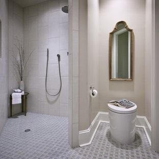 Immagine di una stanza da bagno minimal con piastrelle a mosaico, lavabo sottopiano, WC monopezzo, pareti beige, pavimento con piastrelle a mosaico, doccia a filo pavimento e piastrelle grigie
