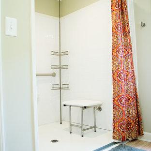 Idéer för mellanstora vintage en-suite badrum, med svarta skåp, en kantlös dusch, en toalettstol med separat cisternkåpa, gröna väggar, korkgolv, granitbänkskiva och beiget golv