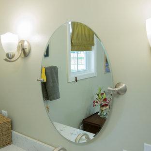 Immagine di una stanza da bagno padronale chic di medie dimensioni con ante nere, doccia a filo pavimento, WC a due pezzi, pareti verdi, pavimento in sughero, top in granito e pavimento beige