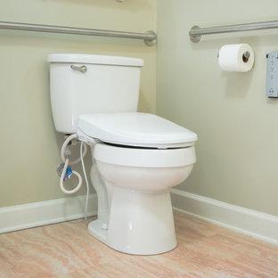 Diseño de cuarto de baño principal, tradicional, de tamaño medio, con puertas de armario negras, ducha a ras de suelo, sanitario de dos piezas, paredes verdes, suelo de corcho, encimera de granito y suelo beige
