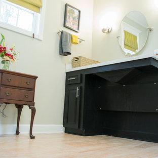Imagen de cuarto de baño principal, tradicional, de tamaño medio, con puertas de armario negras, ducha a ras de suelo, sanitario de dos piezas, paredes verdes, suelo de corcho, encimera de granito y suelo beige
