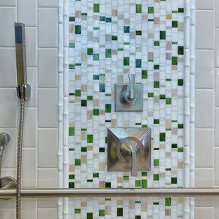 Idee per una stanza da bagno padronale etnica di medie dimensioni con zona vasca/doccia separata, piastrelle beige, piastrelle di vetro e pavimento in gres porcellanato