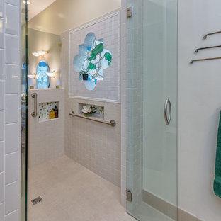 Ispirazione per una stanza da bagno padronale etnica di medie dimensioni con zona vasca/doccia separata, piastrelle beige, piastrelle in ceramica, pareti beige e pavimento in gres porcellanato