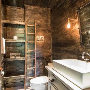 Kleines Shabby-Look Duschbad mit Schrankfronten mit vertiefter Füllung, grauen Schränken, Wandtoilette mit Spülkasten, brauner Wandfarbe, Terrakottaboden, Trogwaschbecken, Granit-Waschbecken/Waschtisch und braunem Boden in New York