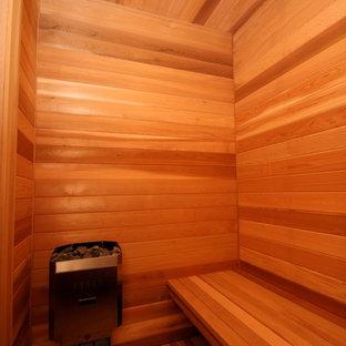 Ispirazione per una grande sauna classica con ante lisce, ante in legno bruno, vasca da incasso, vasca/doccia, WC sospeso, piastrelle grigie, piastrelle in gres porcellanato, pareti grigie, pavimento con piastrelle in ceramica, lavabo sottopiano, top in quarzo composito, pavimento beige e doccia con tenda