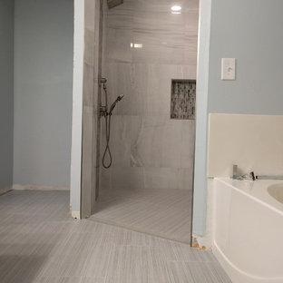 Ispirazione per una stanza da bagno padronale contemporanea di medie dimensioni con ante in stile shaker, ante in legno bruno, doccia a filo pavimento, piastrelle bianche, piastrelle in gres porcellanato, pareti blu, pavimento in gres porcellanato, lavabo rettangolare e top piastrellato