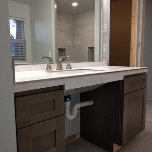 Immagine di una stanza da bagno padronale design di medie dimensioni con ante in stile shaker, ante in legno bruno, doccia a filo pavimento, piastrelle bianche, piastrelle in gres porcellanato, pareti blu, pavimento in gres porcellanato, lavabo rettangolare e top piastrellato