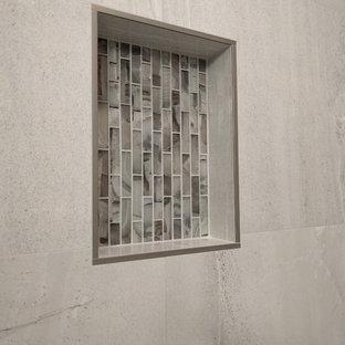 Idéer för ett mellanstort modernt en-suite badrum, med skåp i shakerstil, skåp i mörkt trä, en kantlös dusch, vit kakel, porslinskakel, blå väggar, klinkergolv i porslin, ett avlångt handfat och kaklad bänkskiva