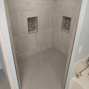 Foto di una stanza da bagno padronale minimal di medie dimensioni con ante in stile shaker, ante in legno bruno, doccia a filo pavimento, piastrelle bianche, piastrelle in gres porcellanato, pareti blu, pavimento in gres porcellanato, lavabo rettangolare e top piastrellato