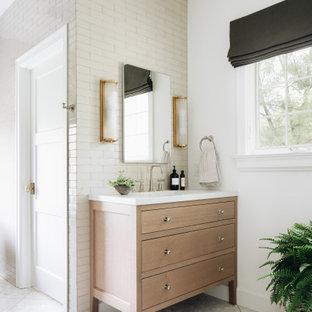 Idéer för vintage vitt en-suite badrum, med luckor med infälld panel, skåp i ljust trä, ett fristående badkar, en dusch i en alkov, vit kakel, keramikplattor, vita väggar, terrazzogolv, ett undermonterad handfat, bänkskiva i kvartsit, vitt golv och med dusch som är öppen
