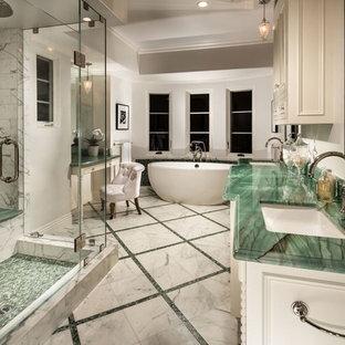 Imagen de cuarto de baño principal, clásico renovado, con puertas de armario blancas, bañera exenta, ducha empotrada, baldosas y/o azulejos grises, baldosas y/o azulejos verdes, paredes blancas, lavabo bajoencimera, ducha con puerta con bisagras y encimeras verdes