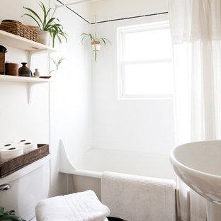 Ejemplo de cuarto de baño retro, pequeño, con lavabo con pedestal, bañera con patas, paredes blancas y suelo de linóleo