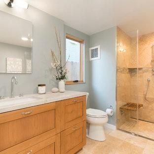 サンフランシスコの小さいおしゃれなマスターバスルーム (シェーカースタイル扉のキャビネット、中間色木目調キャビネット、段差なし、分離型トイレ、青いタイル、トラバーチンタイル、青い壁、トラバーチンの床、アンダーカウンター洗面器、珪岩の洗面台、ベージュの床、開き戸のシャワー、ベージュのカウンター) の写真