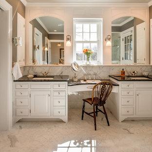 Esempio di una grande stanza da bagno padronale vittoriana con lavabo sottopiano, ante con bugna sagomata, ante bianche, piastrelle bianche, piastrelle in pietra, pareti grigie, pavimento in marmo, pavimento grigio, doccia ad angolo, porta doccia a battente e top nero