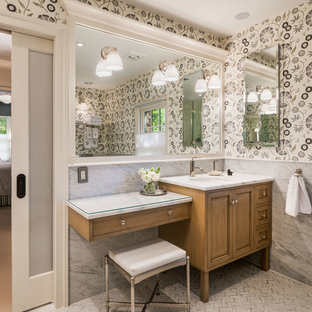 Immagine di un'ampia stanza da bagno con doccia chic con ante con riquadro incassato, ante in legno scuro, pareti grigie, lavabo sottopiano, top in marmo, piastrelle bianche, lastra di pietra, pavimento in marmo, doccia ad angolo e WC monopezzo